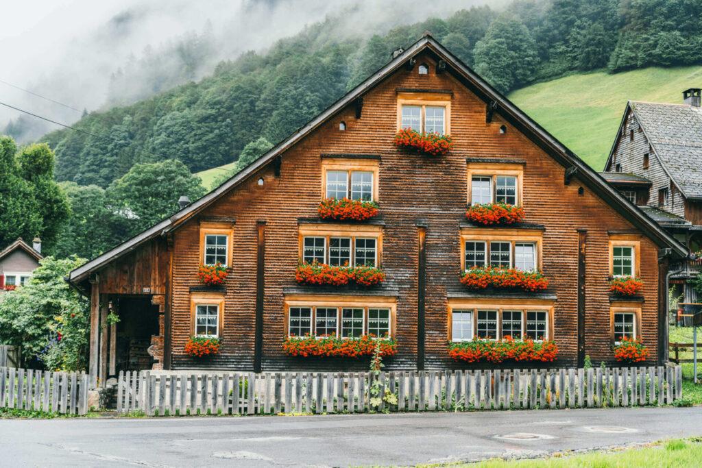 heidiland flumserberg spitzmeilenhütte wandern berge wolken haus