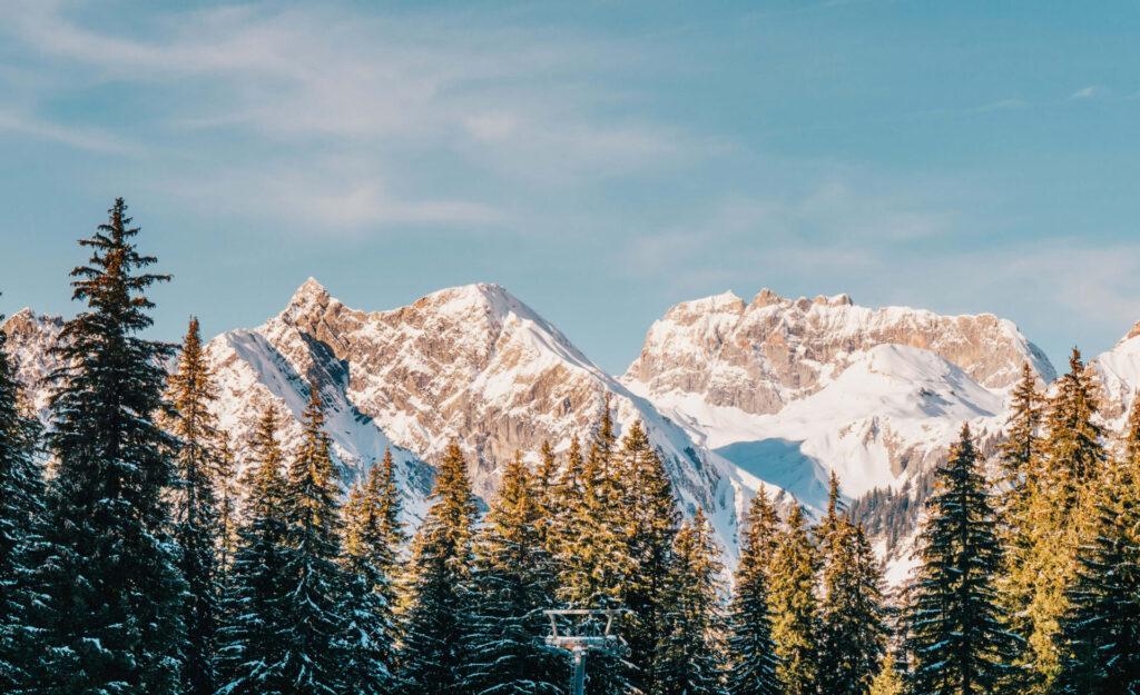 vorarlberg sonnenkopf arlberg klostertal piste ski-fahren berge bäume