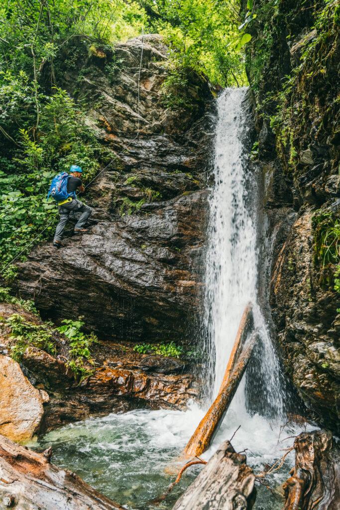 vorarlberg montafon klettersteig gargellen felsen wasser mann fluss wasserfall