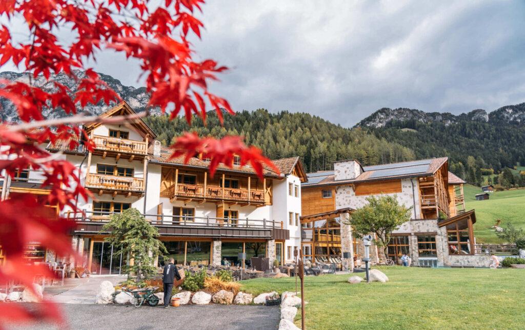 südtirol dolomiten berge hotel bäume