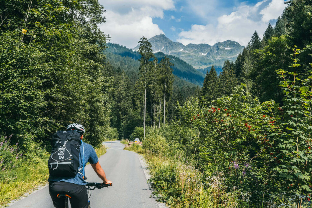vorarlberg montafon silbertal mountainbike berge bäume mann