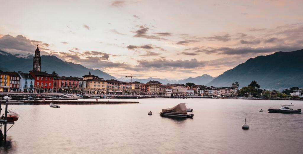 schweiz tessin ascona lago-maggiore see sonnenuntergang haus kirche