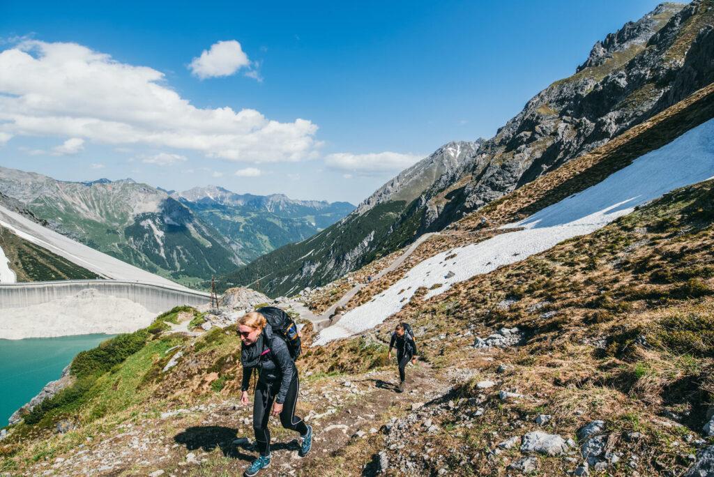 vorarlberg lünersee brandnertal rätikon wandern frau schnee berge