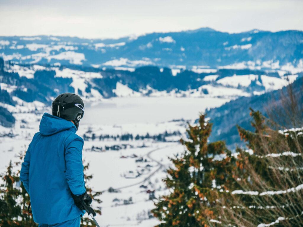 allgäu bayern oberstaufen huendlebahn skigebiet ski-fahren winter schnee berge mann