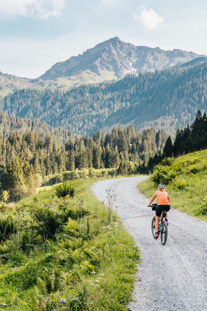 vorarlberg montafon silbertal langsee mountainbike berge bäume frau