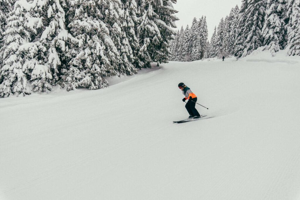 vorarlberg laterns laternsertal ski-fahren schnee skigebiet bäume frau piste