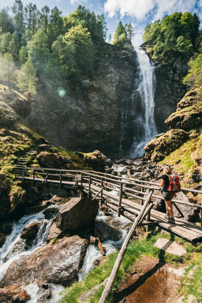 schweiz tessin verzasca-tal cascata-la-froda sonogno wasserfall frau wandern