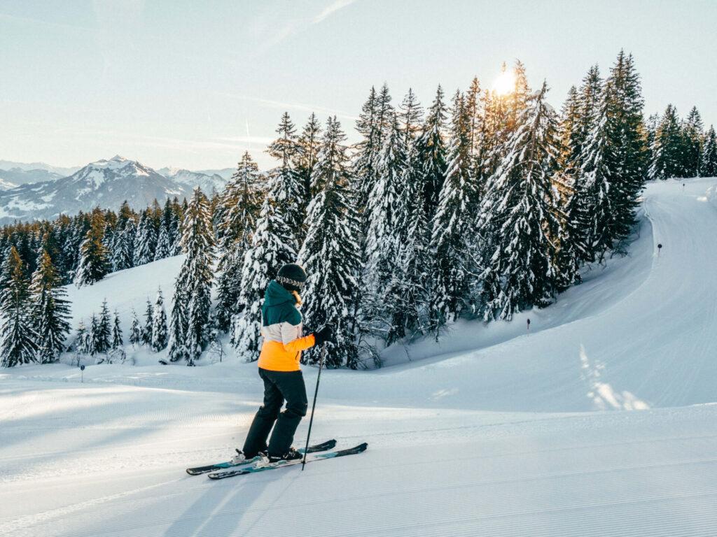 vorarlberg bödele schwarzenberg bregenzerwald skigebiet berg winter frau sonne bäume