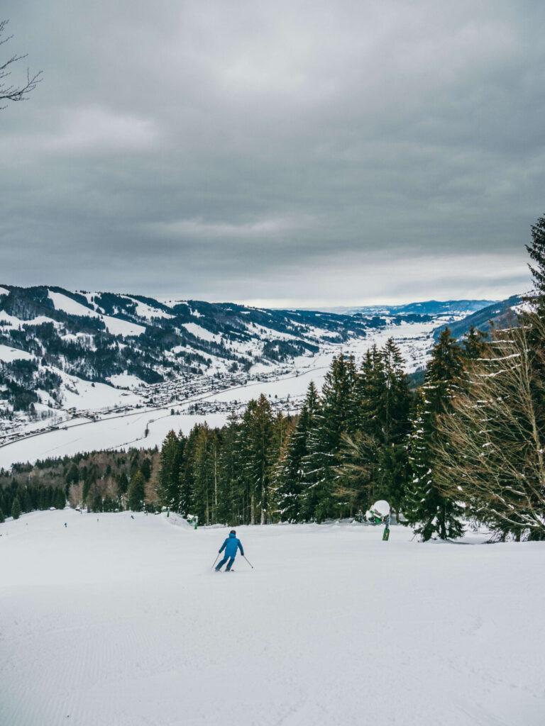 allgäu bayern oberstaufen huendlebahn skigebiet ski-fahren winter schnee berge mann piste