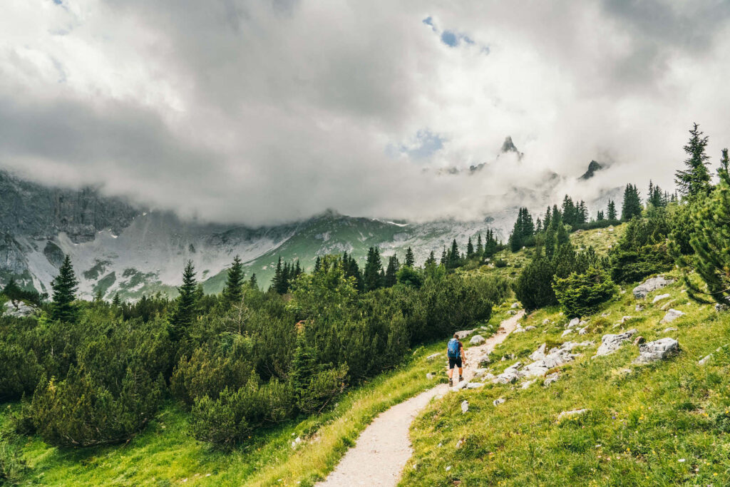 vorarlberg montafon gauertaler-alpkultourweg lindauer-hütte gauertal hiking man