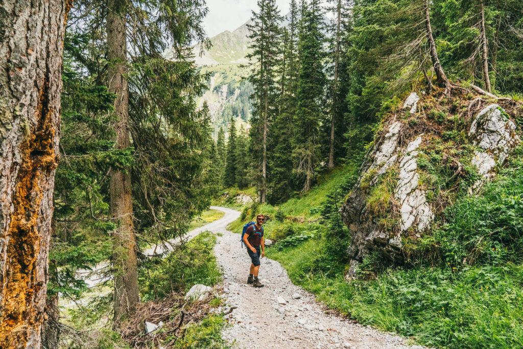 vorarlberg montafon gauertaler-alpkultourweg lindauer-hütte gauertal wandern mann bäume