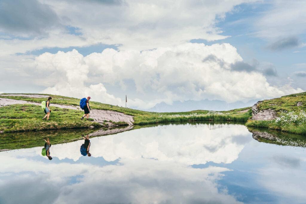 heidiland flumserberg spitzmeilenhütte wandern berge see mann frau wolken