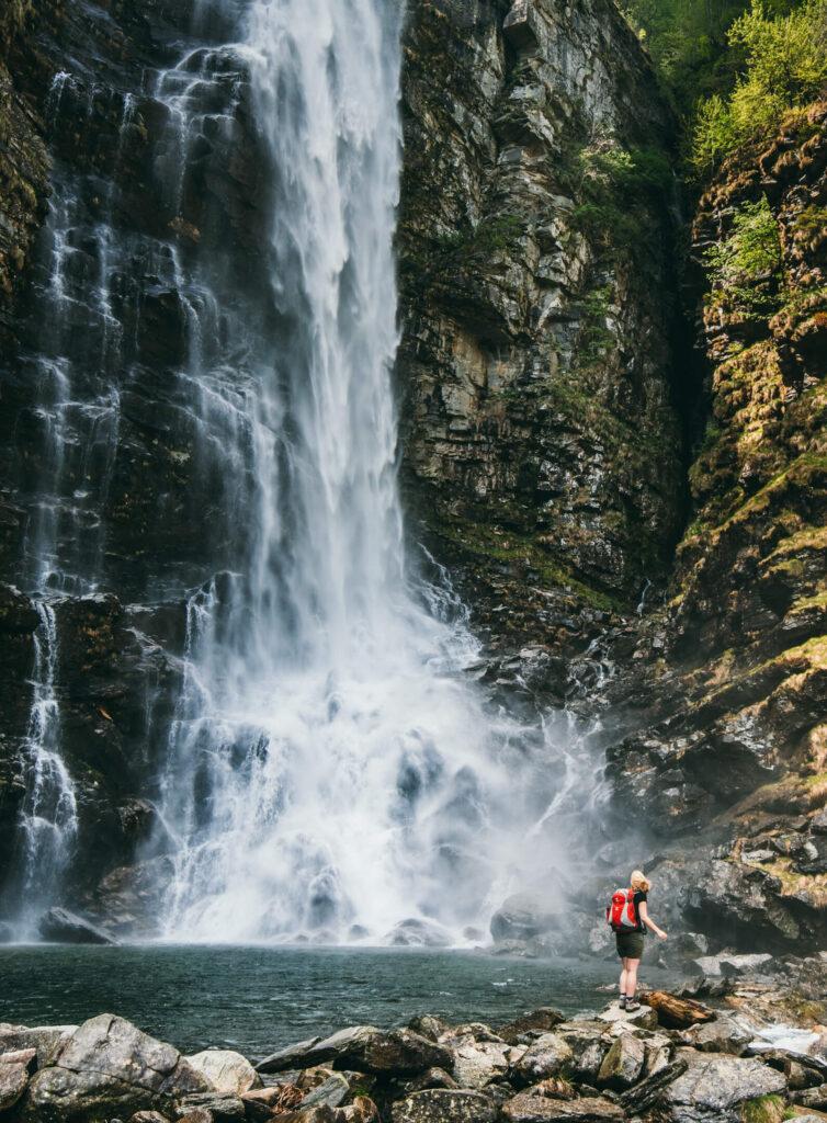 schweiz tessin verzasca-tal cascata-la-froda sonogno wasser wasserfall frau wandern