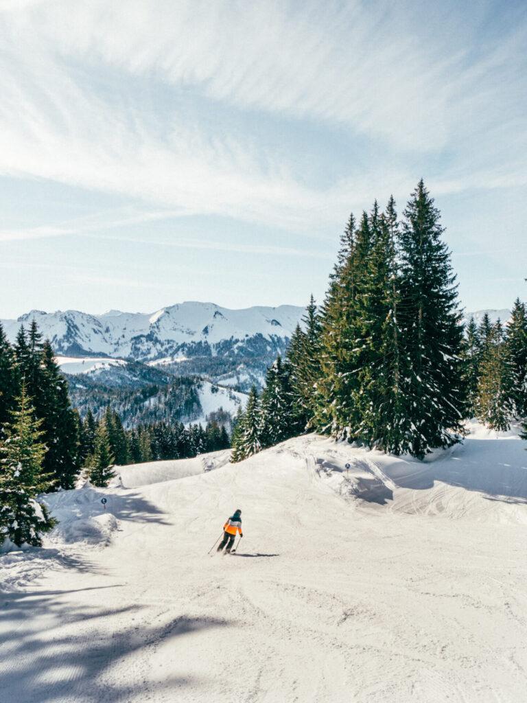 vorarlberg bödele schwarzenberg bregenzerwald skigebiet berg winter frau piste