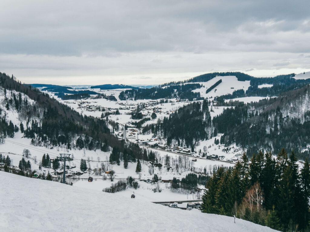 allgäu bayern oberstaufen huendlebahn skigebiet ski-fahren winter schnee berge tal