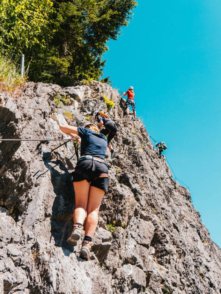 vorarlberg montafon latschau klettersteigkurs klettersteig golm klettern felsen frau