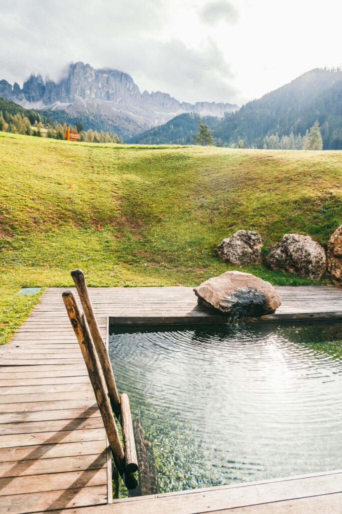 südtirol dolomiten berge hotel bäume wandern sauna pool