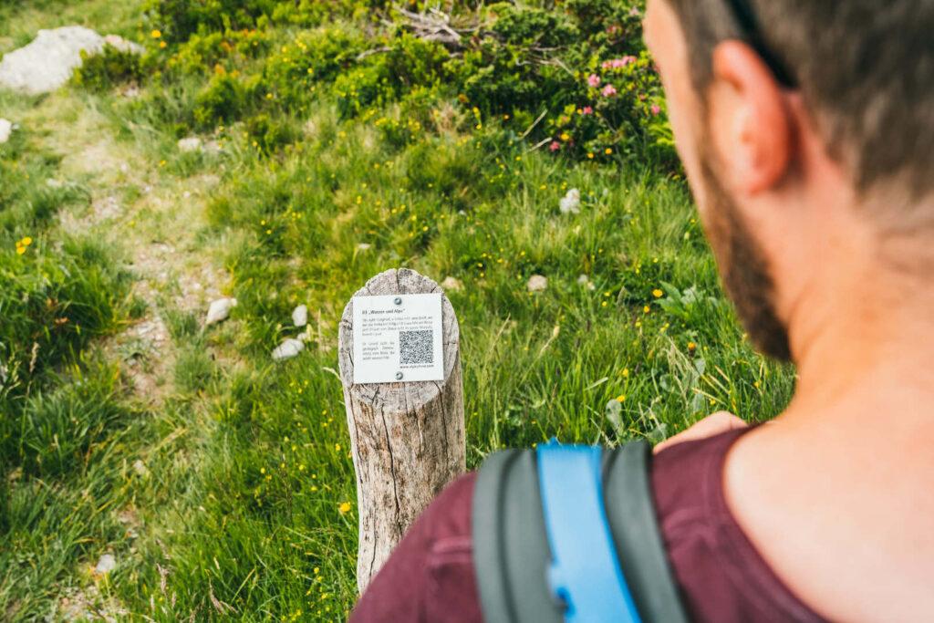 vorarlberg montafon gauertaler-alpkultourweg lindauer-hütte gauertal wandern mann schild