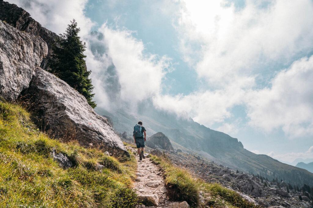südtirol dolomiten eggental berge wandern latemar wolken mann