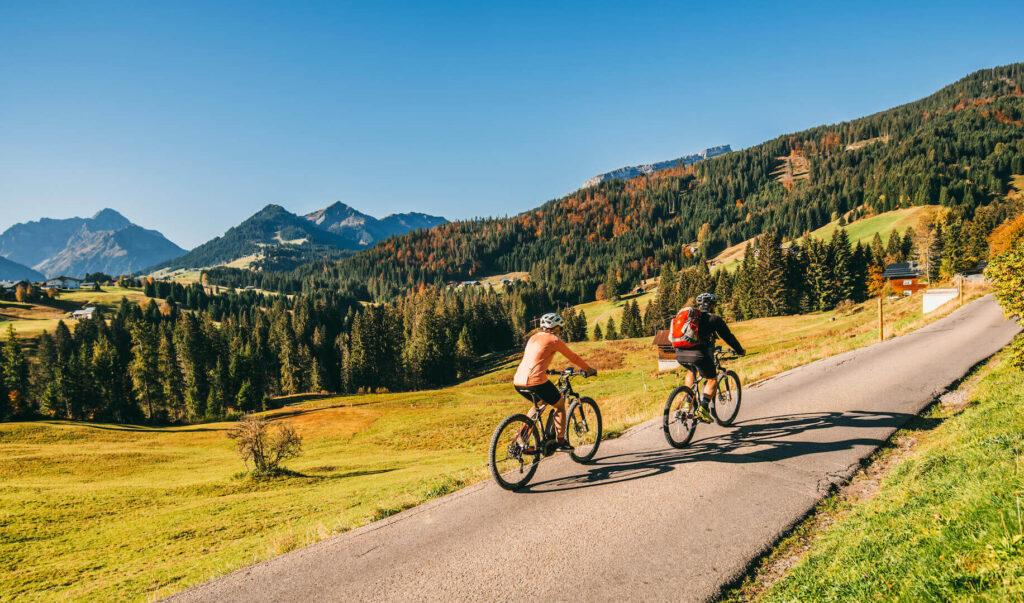vorarlberg kleinwalsertal sonnenburg mountainbiking autumn fall man woman