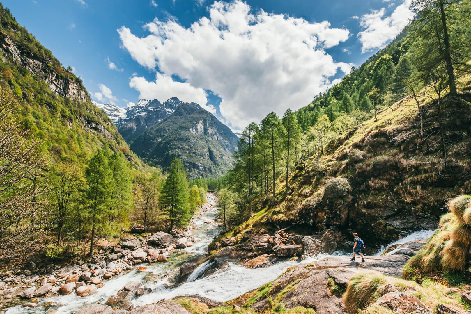 schweiz tessin verzasca-tal cascata-la-froda fluss mann wandern wolken