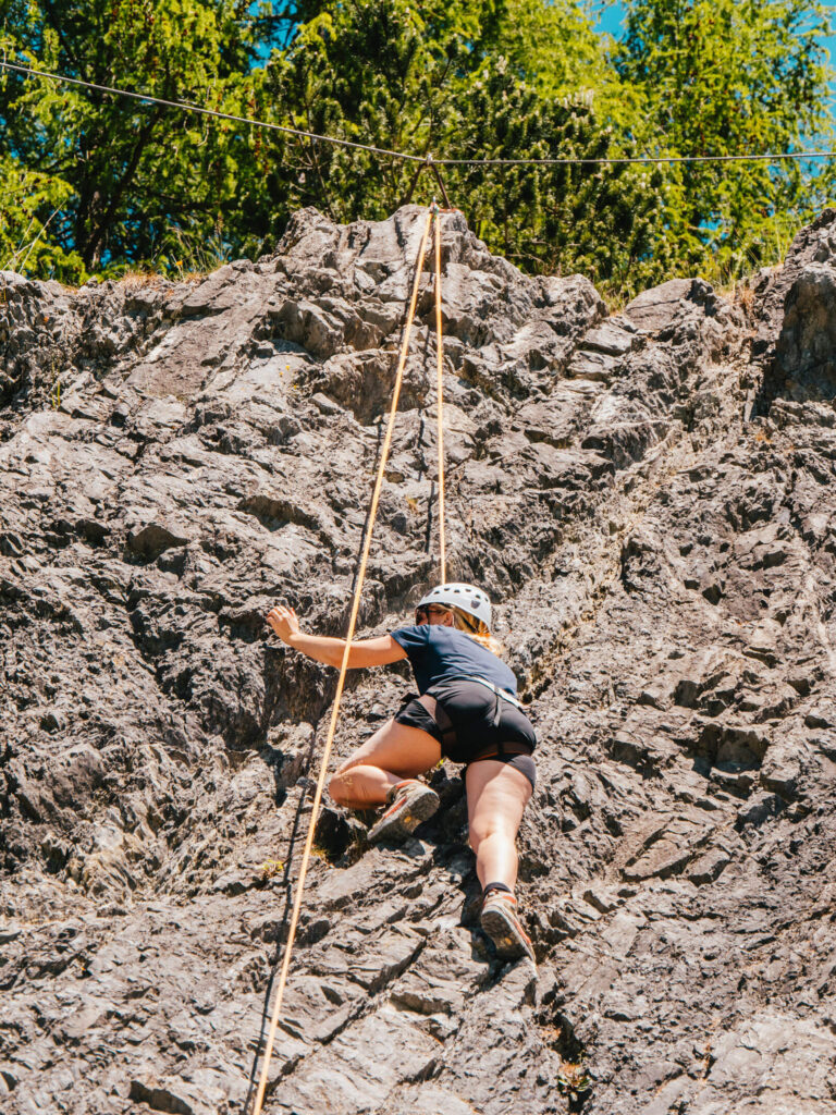 vorarlberg montafon latschau klettersteigkurs klettersteig golm klettern felsen frau seil