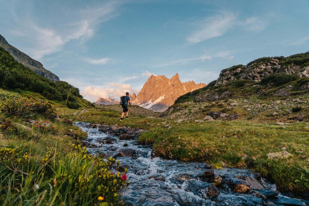 vorarlberg montafon silbertal langsee mountainbike berge bach wasser alpenglühen