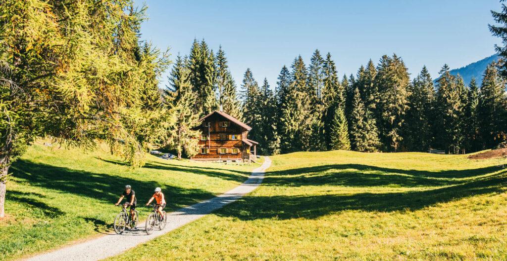 vorarlberg kleinwalsertal mountainbike herbst mann frau alm
