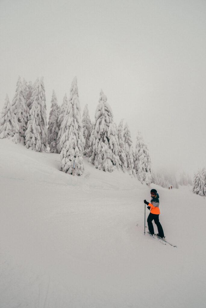 vorarlberg laterns laternsertal ski-fahren frau piste schnee skigebiet bäume berge