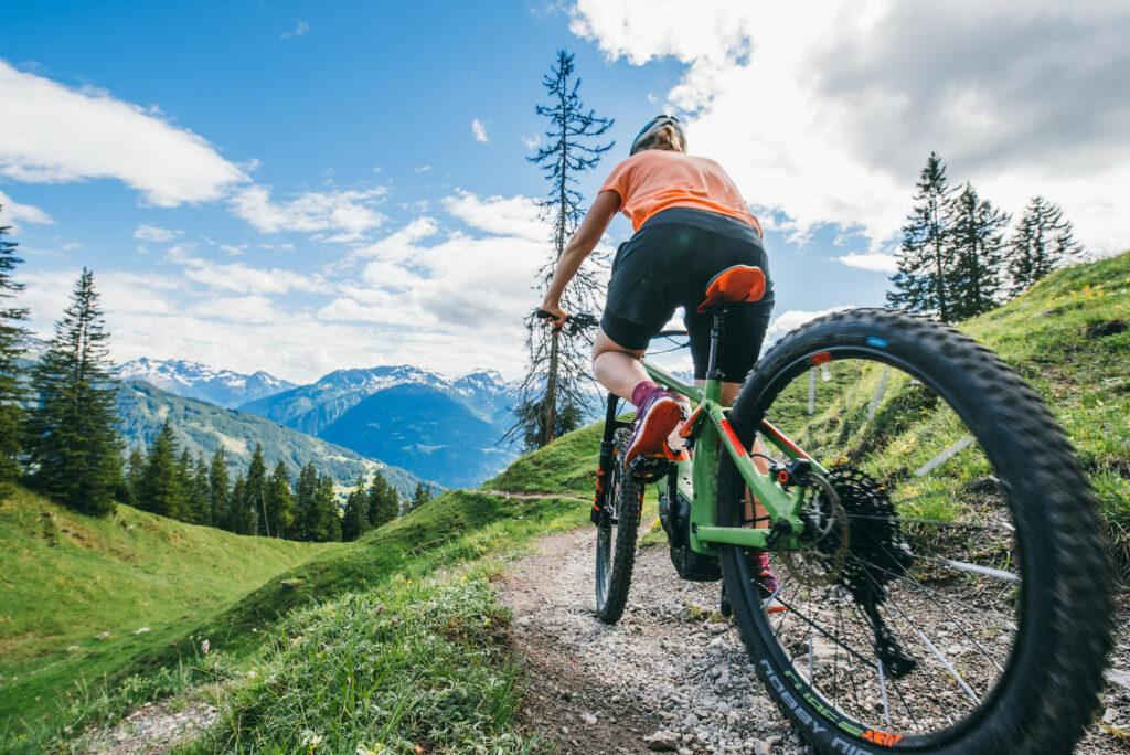 vorarlberg montafon itonskopf mountainbike single-trail berge frau e-bike
