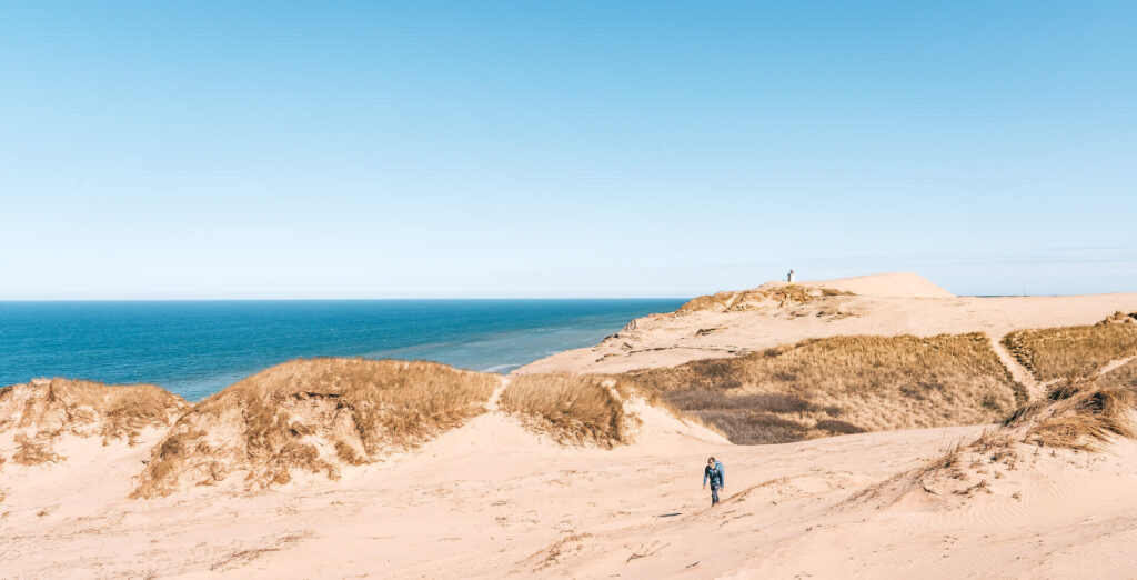 dänemark frau düne sand sonne küste meer nordsee rubjerg-knud leuchtturm himmel wandern