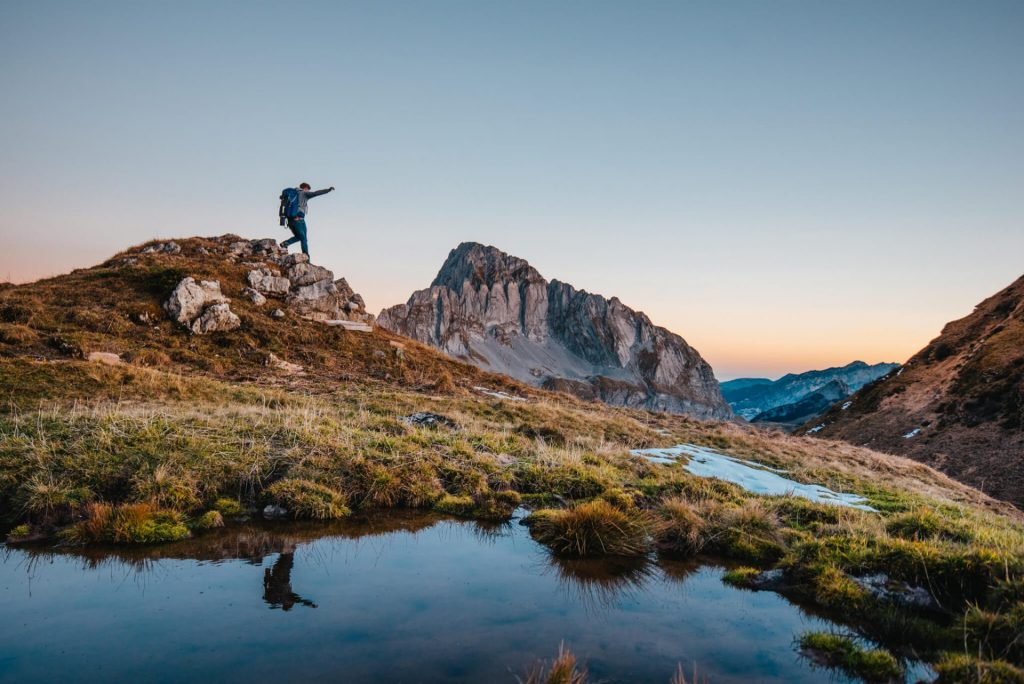heidiland schweiz herbst murgsee wandern murgseehütte mann sonnenaufgang berge wasser